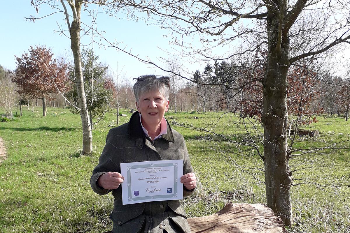 Diane Thomas and award certificate